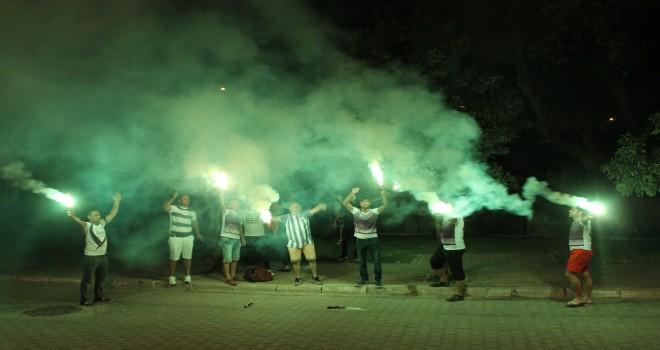 Taraftarlar, başkan ve yönetimini protesto etti..